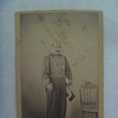 Fotografía antigua: CDV DE UN MILITAR : TENIENTE CORONEL DE LA GUARDIA CIVIL , SIGLO XIX , DE GALA CON BASTON Y ESPADIN. Lote 171170077