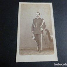Fotografía antigua: OVIEDO ASTURIAS RAMON DEL FRESNO FOTOGRAFO RETRATO DE OFICIAL EJERCITO CARTE DE VISITE HACIA 1865. Lote 171880068