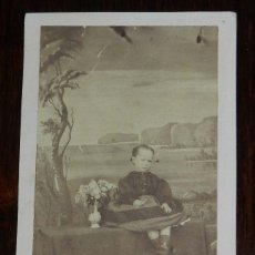 Fotografía antigua: FOTOGRAFIA ALBUMINA TIPO CDV, NIÑA SIGLO XIX, MIDE 10,5 X 6,3 CMS. APROX.. Lote 175742820