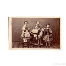 Fotografía antigua: CARTES DE VISITE. ESTUDIO FOTOGRÁFICO. IDELMON. VALLADOLID. PALENCIA. NIÑO CON JUGUETE.. Lote 175810209
