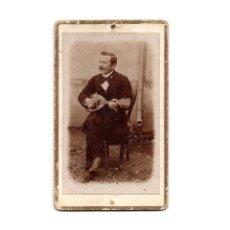 Fotografía antigua: CARTES DE VISITE. ESTUDIO FOTOGRÁFICO. DESCONOCIDO. MUSICO. TOCANDO EL BANYO.. Lote 175810614