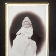 Fotografía antigua: FOTO CDV BEBE CON FALDON 1800 NOBLEZA MARQUES FOTO V BERRAN CARTE DE VISITE BEBE ARISTOCRATA. Lote 177217357