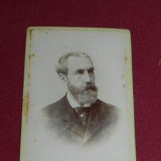 Fotografía antigua: CDV HOMBRE - FOT. CARLOS BERTAZIOLI, BARCELONA, 12'5X8 CM, SEÑALES DE USO NORMALES. Lote 178037832