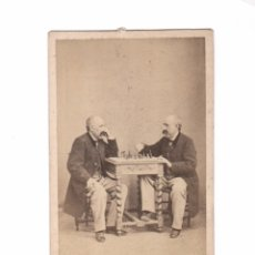 Fotografía antigua: FOTOMONTAJE DOBLE DE LA MISMA PERSONA, PARTIDA DE AJEDREZ, FOTO: LINARES ARNEDO, CARTAGENA.. Lote 182288918