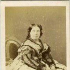 Fotografía antigua: ISABEL II REINA DE ESPAÑA. 1861. CARTE DE VISITE TAMAÑO 6,4X10,6 CM. FOTÓGRAFO DESDERI-PARÍS. Lote 183615582