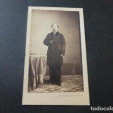 Fotografía antigua: RETRATO DE CABALLERO CARTE DE VISITE MADRID ALONSO MARTINEZ FOTOGRAFO HACIA 1865. Lote 183704587