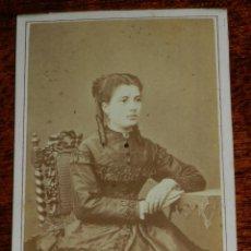 Fotografia antica: FOTOGRAFÍA ALBUMINA TIPO CDV, SEÑORITA SENTADA. FOTOGRAFÍA DEL LICEO. RAMBLA DEL CENTRO Nº4. BARCEL. Lote 189325515