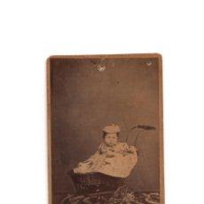 Fotografía antigua: CARTES DE VISITE. ESTUDIO FOTOGRÁFICO. J. GUTIERREZ. MADRID. NIÑO EN SILLITA.. Lote 190845433