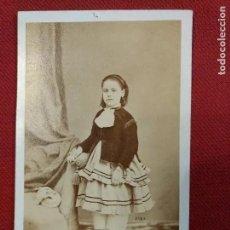Fotografía antigua: ALBUMINA TARJETA VISTA. RETRATO NIÑA FOTÓGRAFO J. GUTIERREZ CALLE SAN BERNARDO MADRID. REVERSO BONIT. Lote 191559840