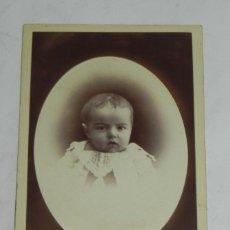 Fotografía antigua: FOTOGRAFIA CARTE DE VISITE CDV DE BEBE, FOTOGRAFO M. ALVIACH DE MADRID, MIDE 10 X 6,2 CMS.. Lote 194287185