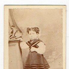 Fotografía antigua: NIÑA VESTIDA CON EL TRAJE TRADICIONAL ASTURIANO. ACHILLE FOTOGRAFO. H. 1875. ASTURIAS. . Lote 194527911