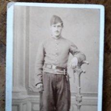 Fotografía antigua: FOTOGRAFÍA DE MILITAR ESPAÑOL CARTE DE VISITE CDV - FOTÓGRAFO J. MON - MADRID 1870-90 . Lote 195106697