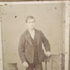 Fotografía antigua: FOTOGRAFÍA DE HOMBRE ESPAÑOL CARTE DE VISITE CDV - FOTÓGRAFO J. MON - MADRID 1870-90 . Lote 195106766