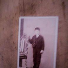 Fotografía antigua: FOTOGRAFIA HOMBRE FOTOGRAFO J. OSES. CALLE MAYOR MADRID.. Lote 195107040