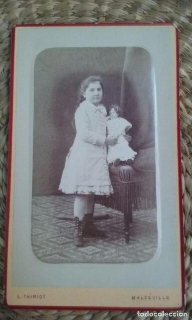 RETRATO DE UNA NIÑA CON UNA MUÑECA. 1878. NANCY. (Fotografía Antigua - Cartes de Visite)