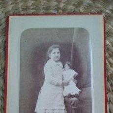 Fotografía antigua: RETRATO DE UNA NIÑA CON UNA MUÑECA. 1878. NANCY.. Lote 195409180