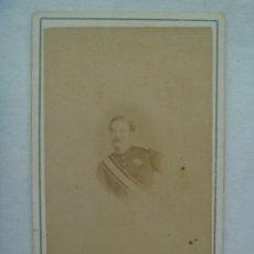 Fotografía antigua: GUERRA DE CUBA : CDV DE OFICIAL DE CAZADORES CON PLACA ISABEL II. DE COHNER , LA HABANA. Lote 199863592