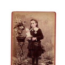Fotografía antigua: CARTE DE VISITE. ESTUDIO FOTOGRÁFICO G. WILLIAMS & Cº. COLOR. NIÑA CON JUGUETE. Lote 204065652