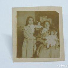 Fotografía antigua: FOTOGRAFIA ALBUMINA DE NIÑAS CON SUS MUÑECAS DE PORCELANA, FINALES DE SIGLO XIX, MIDEN 6,5 X 6 CMS.. Lote 206417815