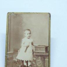 Fotografía antigua: FOTOGRAFIA ALBUMINA TIPO CDV DE NIÑA DE FINALES DE SIGLO XIX, FOTOGRAFO F. MON, MADRID, MIDE 10 X 6,. Lote 206418380