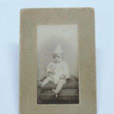 Fotografía antigua: FOTOGRAFIA ALBUMINA TIPO CDV DE BEBE DE FINALES DE SIGLO XIX, FOTO A. HUBERT, MADRID, MIDE 10 X 6,5. Lote 206418903