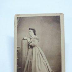 Fotografía antigua: FOTOGRAFIA ALBUMINA TIPO CDV DE MUJER DE FINALES DE SIGLO XIX, FOTO M. MORALES Y DIAZ, MADRID, MIDE. Lote 206419033