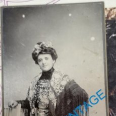 Fotografía antigua: SEVILLA, SIGLO XIX, PRECIOSA CDV SEÑORA CON MANTON DE MANILA, FOT. R.SANZ,60X145MM. Lote 210286027