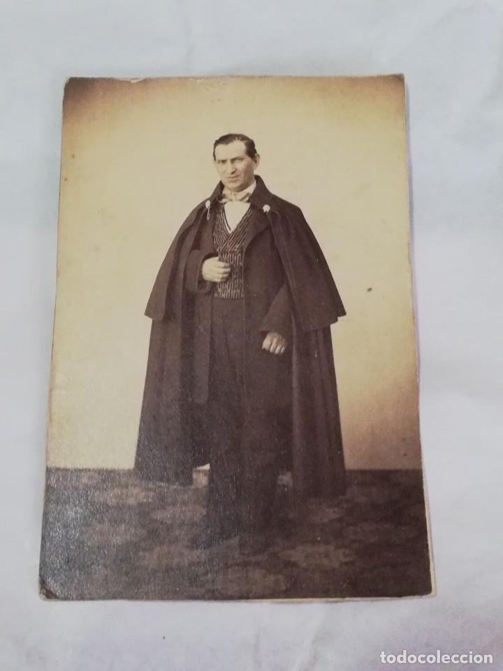 FOTOGRAFIA ALBUMINA TIPO CDV DE CABALLERO CON CAPA, GENTILHOMBRE, OPERA?, SIGLO XIX, MIDE 10 X 6 CMS (Fotografía Antigua - Cartes de Visite)