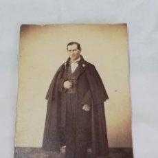 Fotografía antigua: FOTOGRAFIA ALBUMINA TIPO CDV DE CABALLERO CON CAPA, GENTILHOMBRE, OPERA?, SIGLO XIX, MIDE 10 X 6 CMS. Lote 214130522