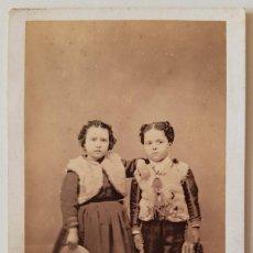 Fotografía antigua: ANTONIO GARCÍA. RETRATO DE NIÑOS. HACIA 1865. CARTE DE VISITE. Lote 219749215