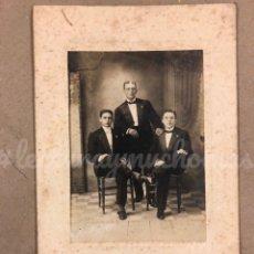Fotografía antigua: ANTIGUA FOTOGRAFÍA RETRATO DE FAMILIA DE LA BURGUESÍA, AÑOS 10-20. GONZÁLEZ DEL VALLE FOTÓGRAFO. Lote 220124187