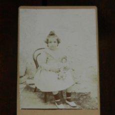 Fotografía antigua: FOTOGRAFIA ALBUMINA TIPO CDV, NIÑA CON SU MUÑECA, MIDE 10,5 X 6 CMS. APROX.. Lote 221495425