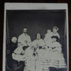 Fotografía antigua: CDV J. LAURENT, LA REINA ISABEL II JUNTO CON SU FAMILIA, MIDE 10,5 X 6,5 CMS.. Lote 234362755