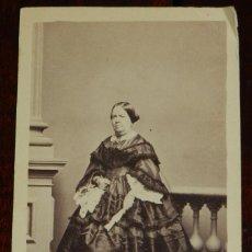 Fotografía antigua: FOTOGRAFIA ALBUMINA CDV RETRATO DE LA REINA ISABEL II, MIDE 10,8 X 6,5 CMS APROX.. Lote 234394950