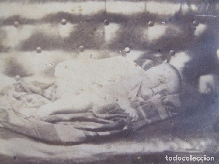 Fotografía antigua: ANTIGUA FOTOGRAFIA POST MORTEM NIÑO MUERTO. CARTE DE VISITE. RETRATO DE LUTO. 10 X 6,5 CM - Foto 2 - 238254785