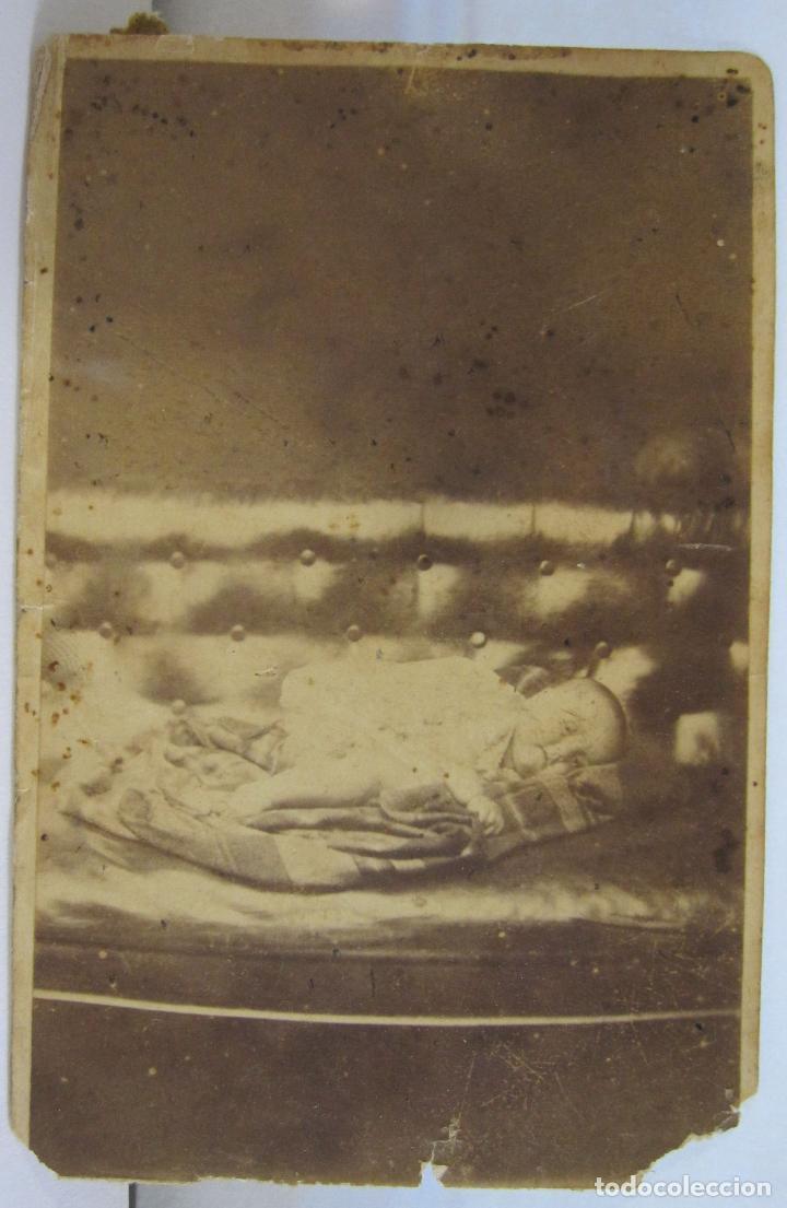 ANTIGUA FOTOGRAFIA POST MORTEM NIÑO MUERTO. CARTE DE VISITE. RETRATO DE LUTO. 10 X 6,5 CM (Fotografía Antigua - Cartes de Visite)