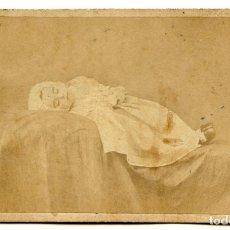 Fotografía antigua: RETRATO POST MORTEM DE NIÑO, FOTÓGRAFO B. MAESO, VALLADOLID, 1866 CARTE DE VISITE, NIÑO MUERTO. Lote 244708265