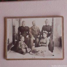 Fotografía antigua: FOTOGRAFÍA DE ÉPOCA FAMILIA ANGULO SIGLO XIX. TAMAÑO 8 X 11 CM / CARTÓN.. Lote 252365025