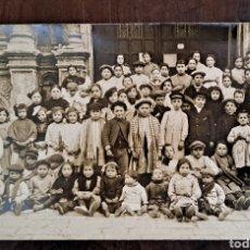 Photographie ancienne: GRUPO DE NIÑOS EN LA PUERTA DE LA IGLESIA DE MOIA, BARCELONA PRIMER CUARTO SIGLO XX. Lote 254035930