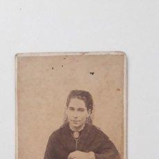 Fotografía antigua: SEÑORA DE LUTO SOBRE RECLINATORIO. FOTÓGRAFO JOSÉ MARÍA BLANCO AGUILAR. CÁDIZ. FINALES XIX.. Lote 269317473