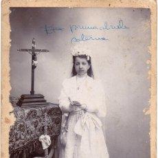 Fotografía antigua: SEVILLA, PRECIOSA CDV DE UNA NIÑA DE PRIMERA COMUNION, FOT.R.SANZ, 105X160MM. Lote 271643128