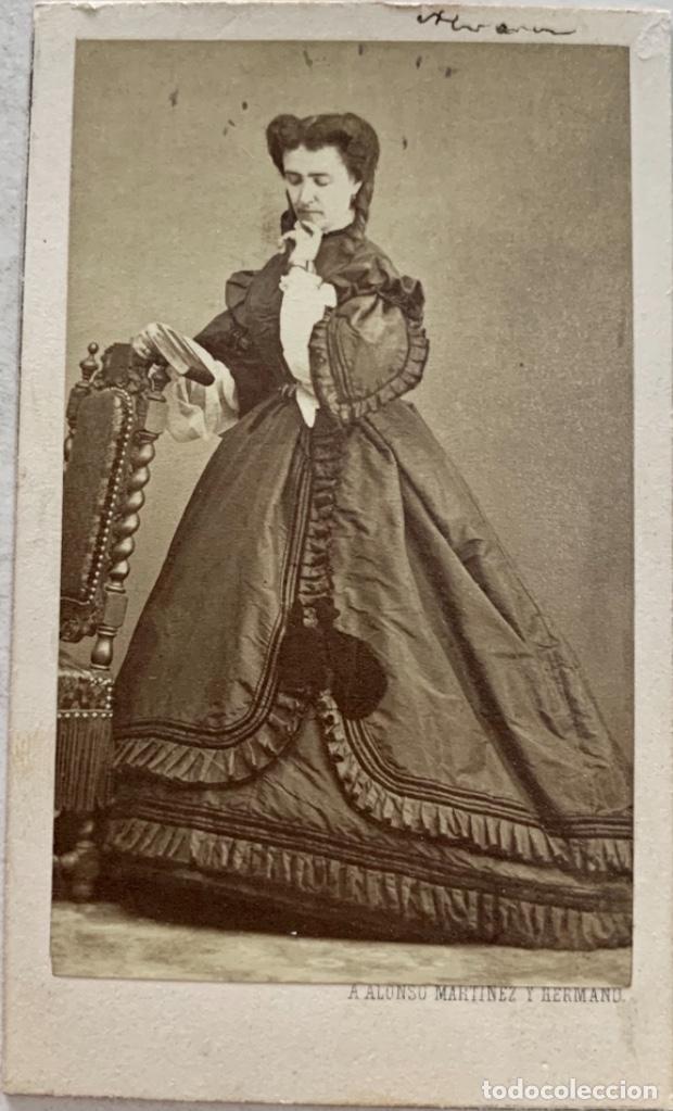 FOTOGRAFÍA DAMA - CARTE DE VISITE - FOTÓGRAFO A. ALONSO MARTÍNEZ Y HERMANO - MADRID - CIRCA 1860 (Fotografía Antigua - Cartes de Visite)