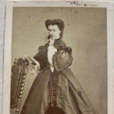 Fotografía antigua: FOTOGRAFÍA DAMA - CARTE DE VISITE - FOTÓGRAFO A. ALONSO MARTÍNEZ Y HERMANO - MADRID - CIRCA 1860. Lote 276394628