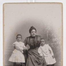Fotografía antigua: FOTOGRAFÍA ANTIGUA AUDOUARD BARCELONA - CARTE DE VISITE - MADRE E HIJOS - F.S.XIX - 14,5 CM X 10 CM. Lote 278970838