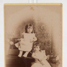 Fotografía antigua: FOTOGRAFÍA ANTIGUA J.E.PUIG BARCELONA- CARTE DE VISITE - NIÑAS - F.S.XIX - 14 CM X 10,5 CM. Lote 278971593