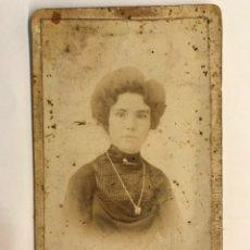 Fotografía antigua: CARCAGENTE? CDV FOTOGRAFIA ANTIGUA.. SEÑORA CON BROCHE.. (H.1900?) MEDIDAS: 10,5 X 6 CM.,. Lote 283448943