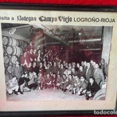 Fotografía antigua: ANTIGUA FOTOGRAFÍA VISITA BODEGAS CAMPO VIEJO. Lote 290898478