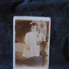 Fotografía antigua: ANTIGUA FOTOGRAFIA RETRATO DE NIÑA CON SU MUÑECA FORMATO CDV 6 X 10,4 SIN DATOS. Lote 294994788