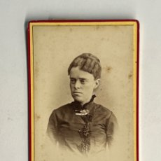 Fotografía antigua: CDV. FOTOGRAFÍA ANTIGUA AUDOUARD, BARCELONA. SEÑORA CON BROCHE... (H.1910?). Lote 295370838