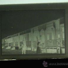 Fotografía antigua: PLACA FOTOGRAFICA ORIGINAL CRISTAL CASETAS MADERA PLAYA GRAO DE CASTELLON TAMAÑO 6X9. Lote 36418090